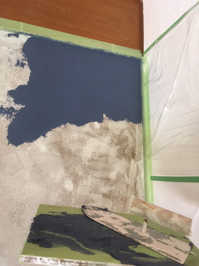 漆喰を自分で着色して紺色にする。
