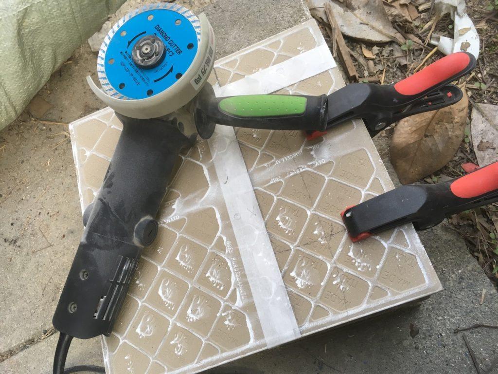 グラインダーで安全にタイルを切る方法