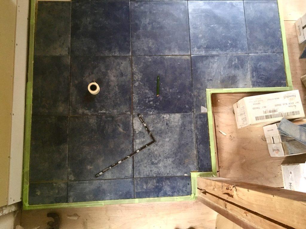 切ったタイルを炉台に配置する。
