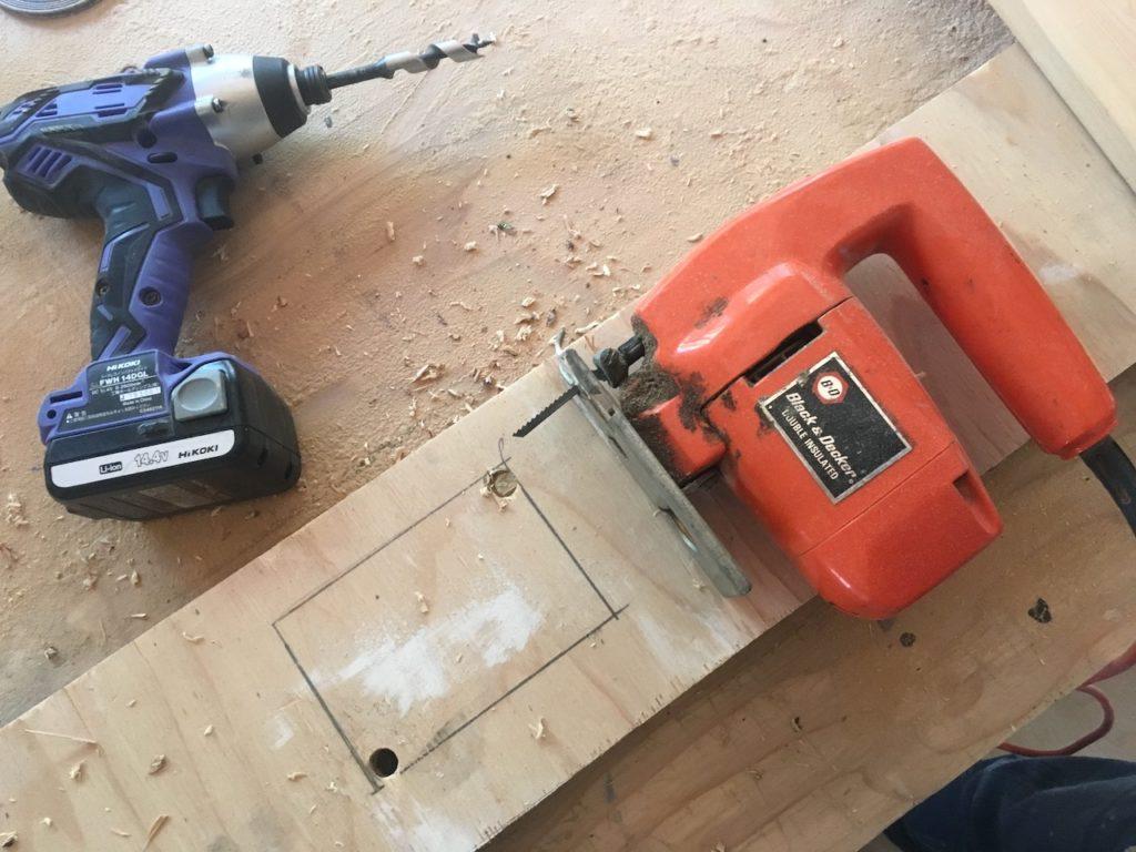 コンセントボックスやスイッチ用に、構造板や木材を四角く切り抜く方法を紹介します。