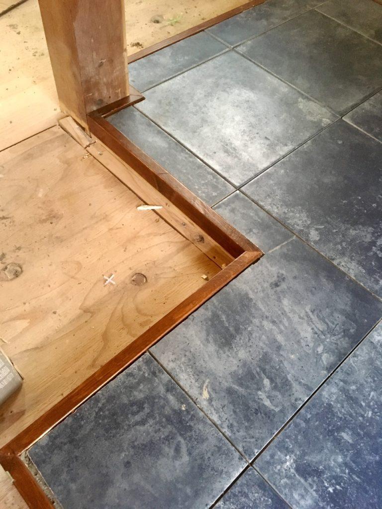 薪ストーブの炉台に切ったタイルを設置する