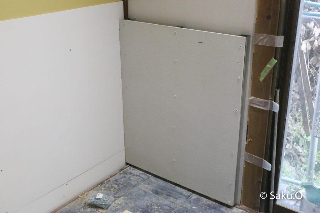 炉壁の下地には石膏ボードを使ってはいけません。