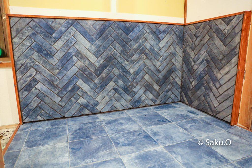 【DIY】薪ストーブの炉台をヘリンボーン貼りでタイル仕上げにした方法を解説します。 今回はヘリンボーンをタイルでやりましたが、フローリングやウッドパネルでもできます。