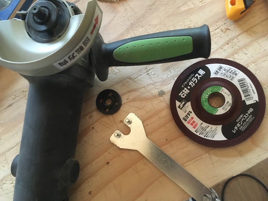 グラインダーの刃は必ず正しく装着しましょう。