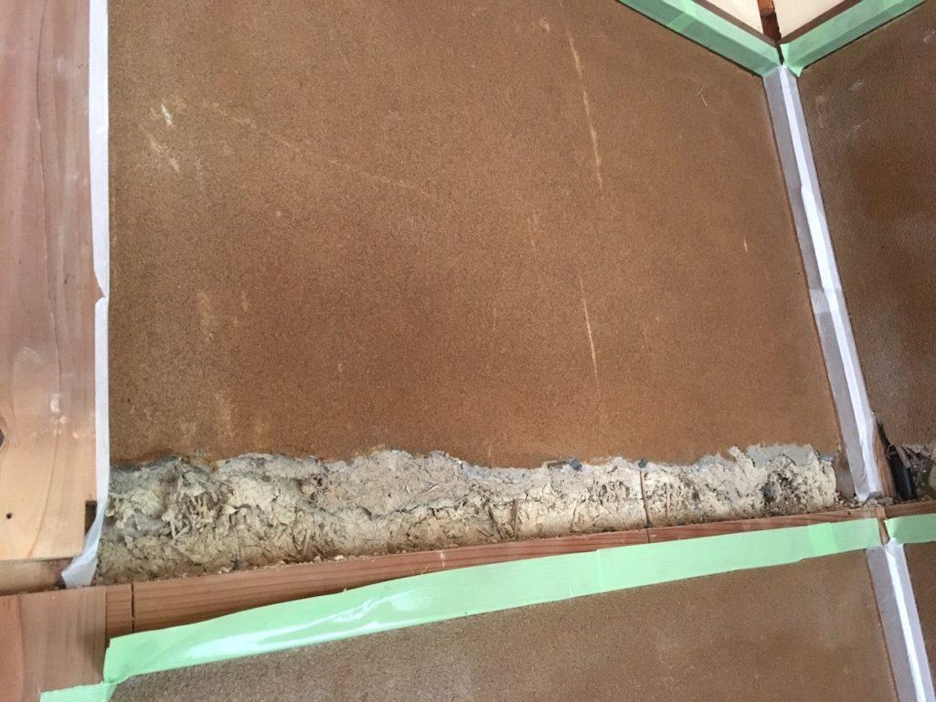 和室の砂壁はぼろぼろと崩れてしまうので、何かをビスや釘で固定することはできません。