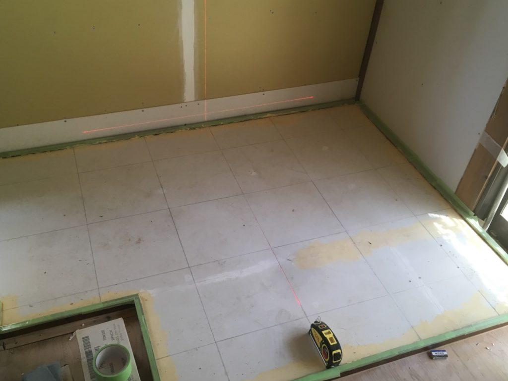 ケイカル板の下地を調整して、モルタルでタイルを貼ります。