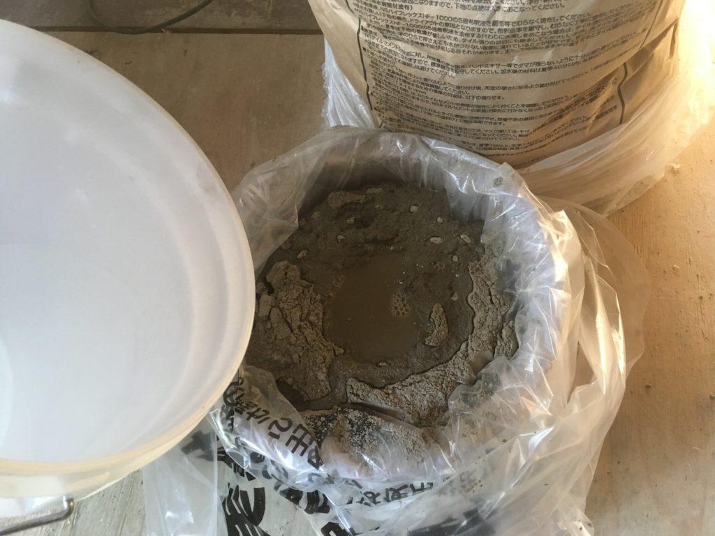 タイル用のモルタルに水を入れて、DIYでタイルを貼る。