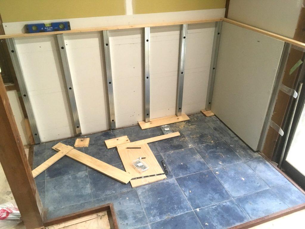 薪ストーブの遮熱壁(炉壁)の下地をDIYで作ります。結構簡単に作れます。