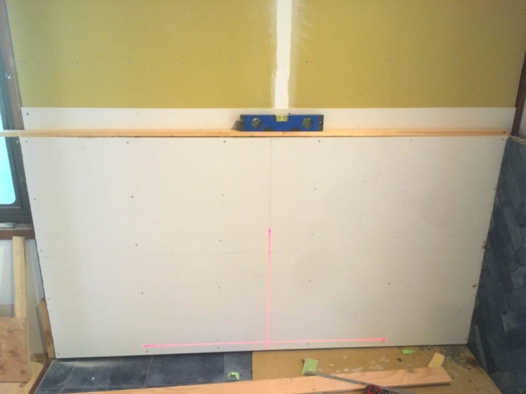 壁にヘリンボーンでタイルを貼る