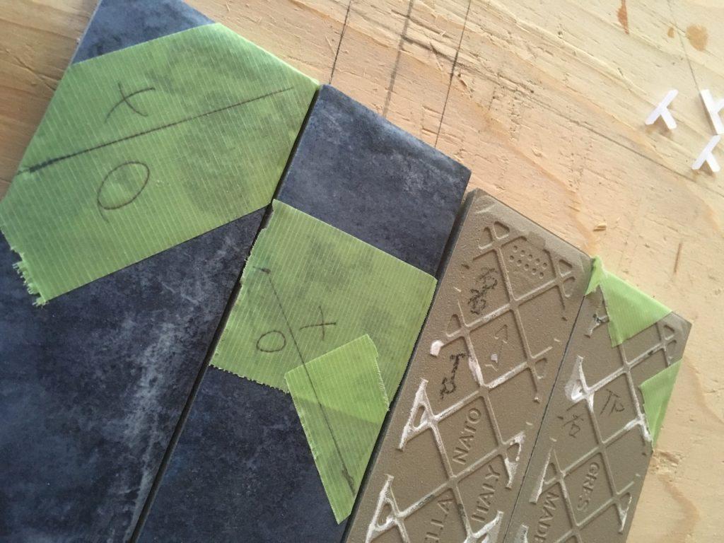 【DIY】ヘリンボーンでタイルを貼る方法を徹底解説。タイルをカットして端を埋める