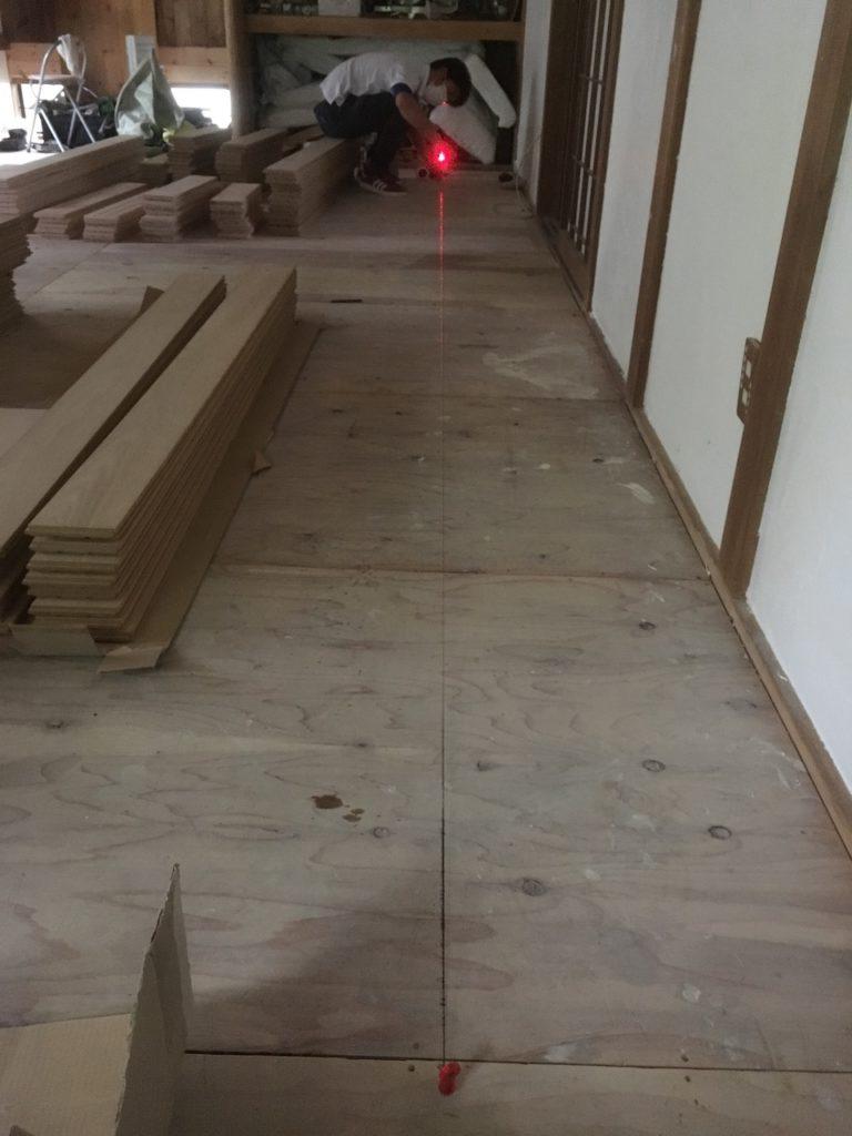 フローリングを綺麗に貼るためには、レーザーと墨壺が必須です。これで床に基準となる線を引きます。