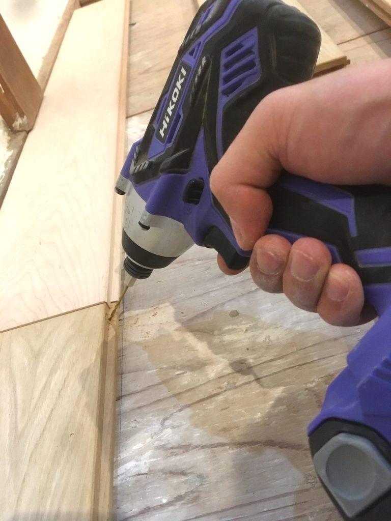 フローリングを貼るには、雄実に向かって、斜め45度から釘かビスをうちます。