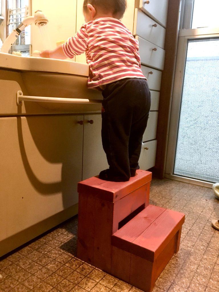 子供用の二段踏み台を1000円で自作する方法を解説します。 洗面所で使ったら1歳半の子供にもぴったりです。