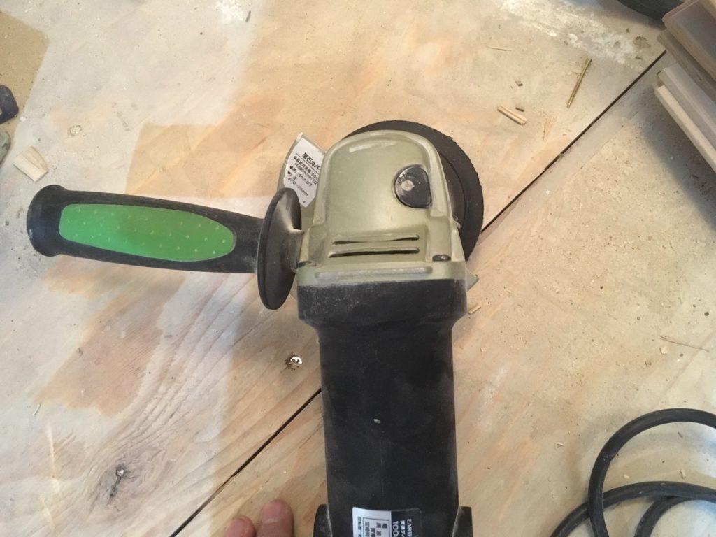 高儀の変速ディスクグラインダーDGR-110SCAの補助ハンドルは左右で付け替え可能です。