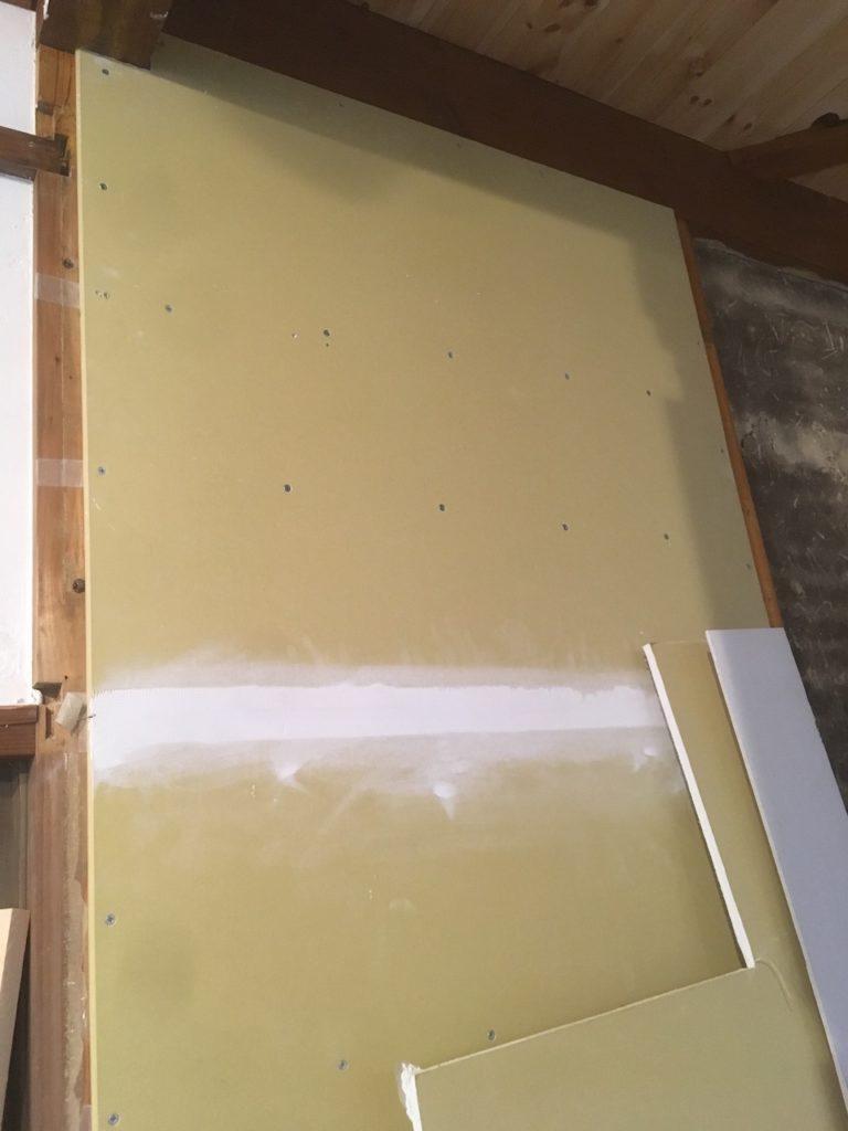 現代の家の壁によく使われている石膏ボードに、何かを取り付けることは可能?壁下地について解説します。