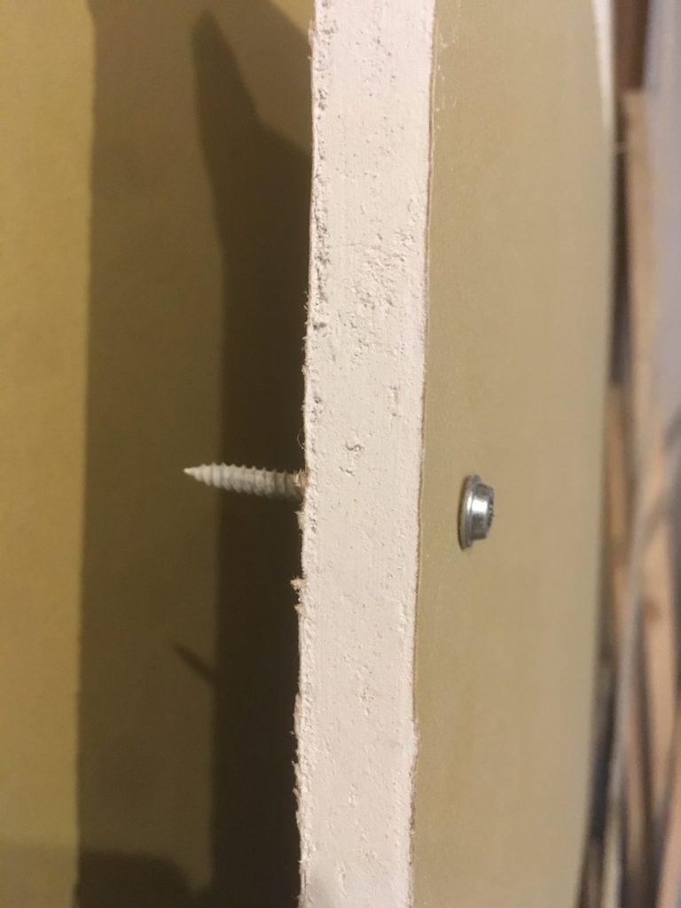 石膏ボードにビスや釘をうつと、ぼろぼろと崩れてしまいます。今回や壁に物を固定するときの下地について徹底解説します。