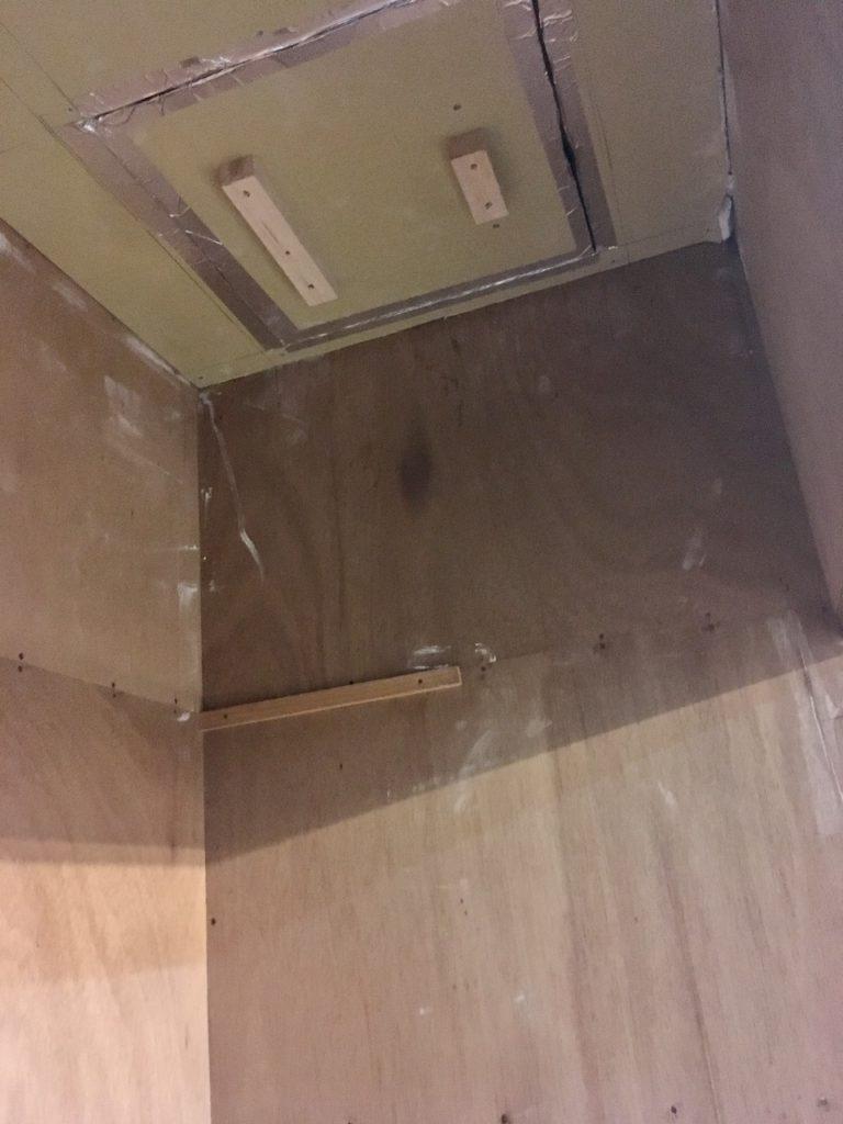 押入れの壁のようなペラペラのベニヤ板には、釘やビスを保持する力がありません。
