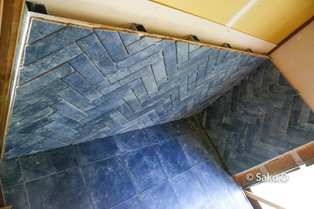 薪ストーブの遮熱壁(炉壁)の後ろには4cmの空気層を設ける必要があります。