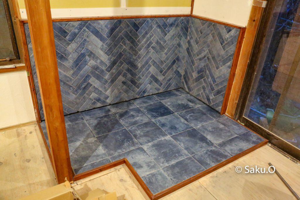モルタルとタイルで自作した薪ストーブの炉台。