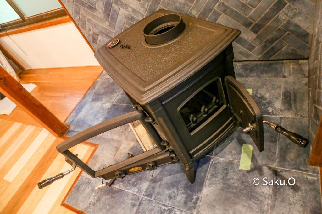 薪はストーブの横扉からも入れることができます。
