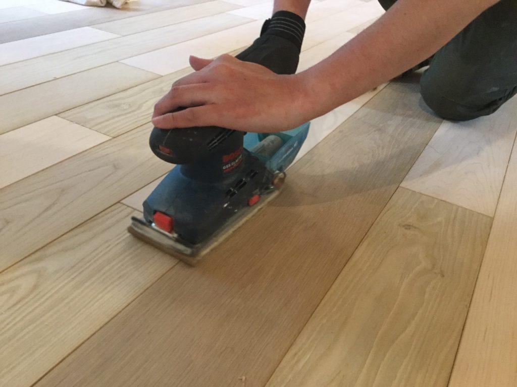 無垢フローリングを塗装する前に、サンダーで下地調整をします。 番手180~240のペーパーを使いましょう。