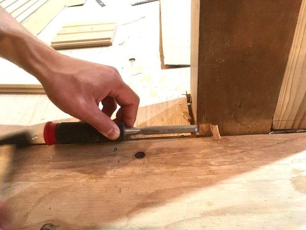 柱まわりにフローリングを綺麗に貼るには、造形用ノコとノミを使います。事前に溝を彫るのがおすすめの方法です。