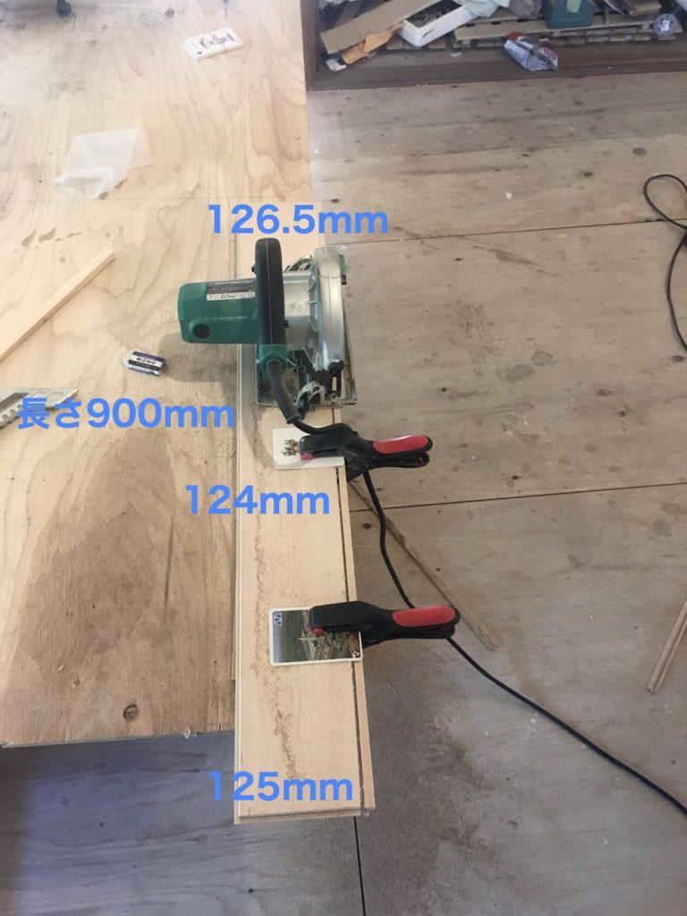 フローリング材をガイドなしで斜めにカットする。