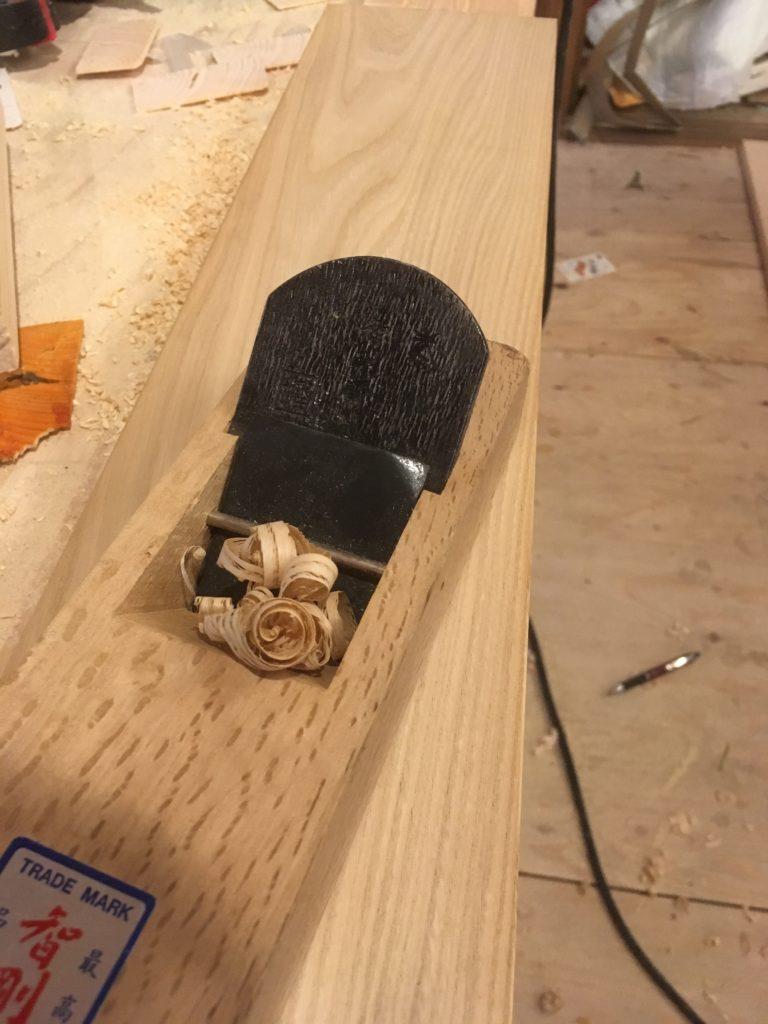 無垢フローリングの誤差やズレは基本的には板の交換か、カンナがけが必要です。