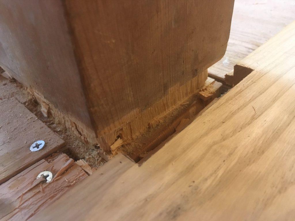 柱まわりに貼るフローリング材をコの字型で切り抜きます。