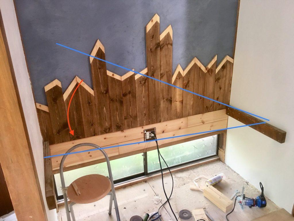 床の間にデスク天板をはめ込んで、ワークデスク空間に作り変えます。