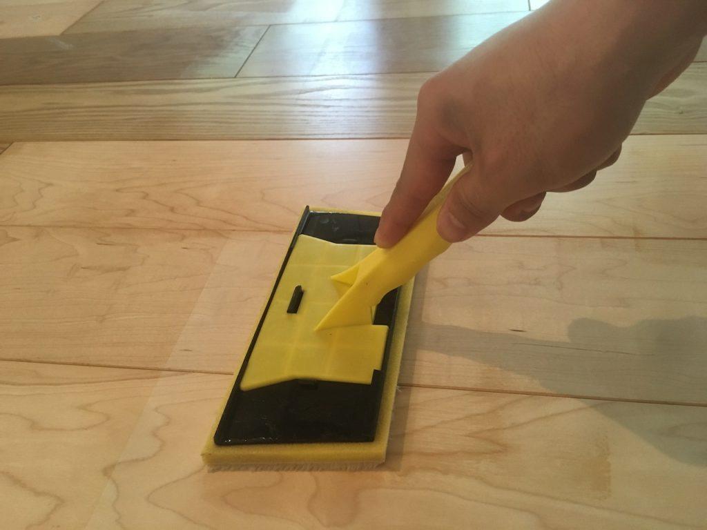 オスモのフロアークリアーは、コテバケを使って、刷り込むように塗ります。木目に沿わせるイメージです。