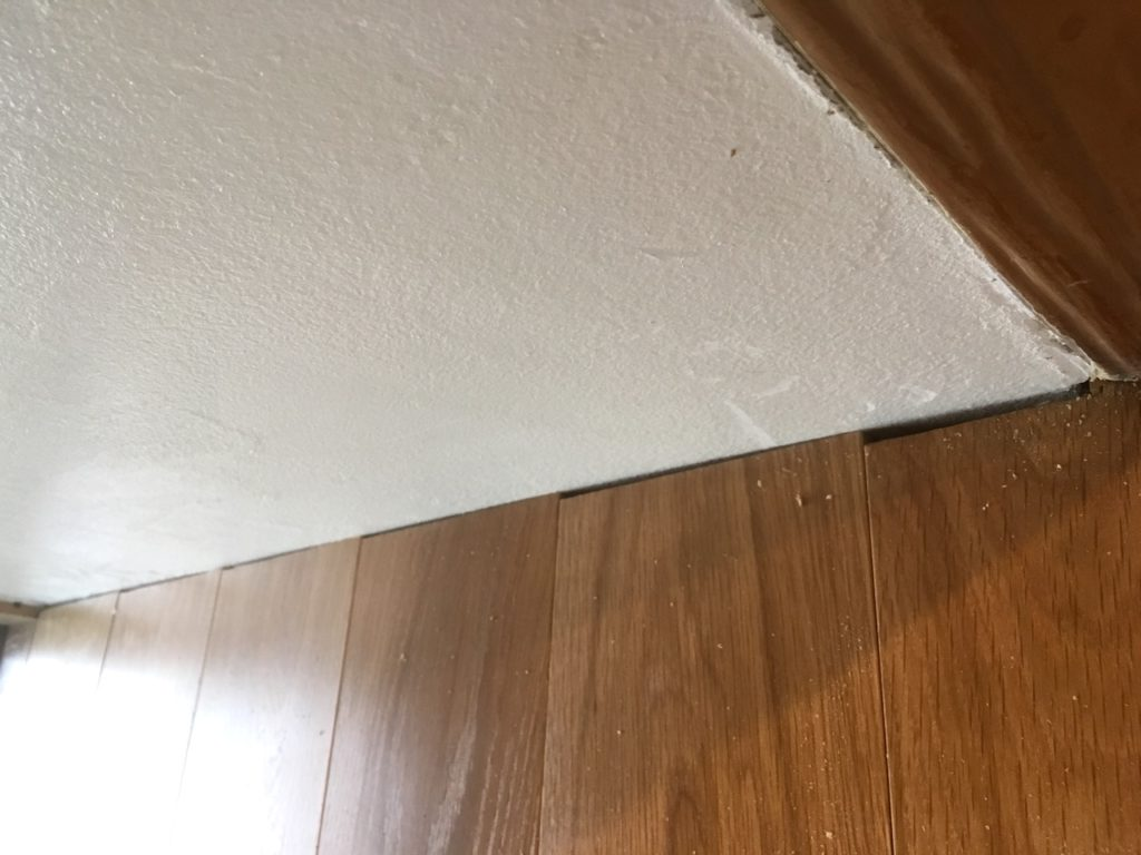 フローリングと壁の間にできた隙間を巾木で隠す方法を解説します。