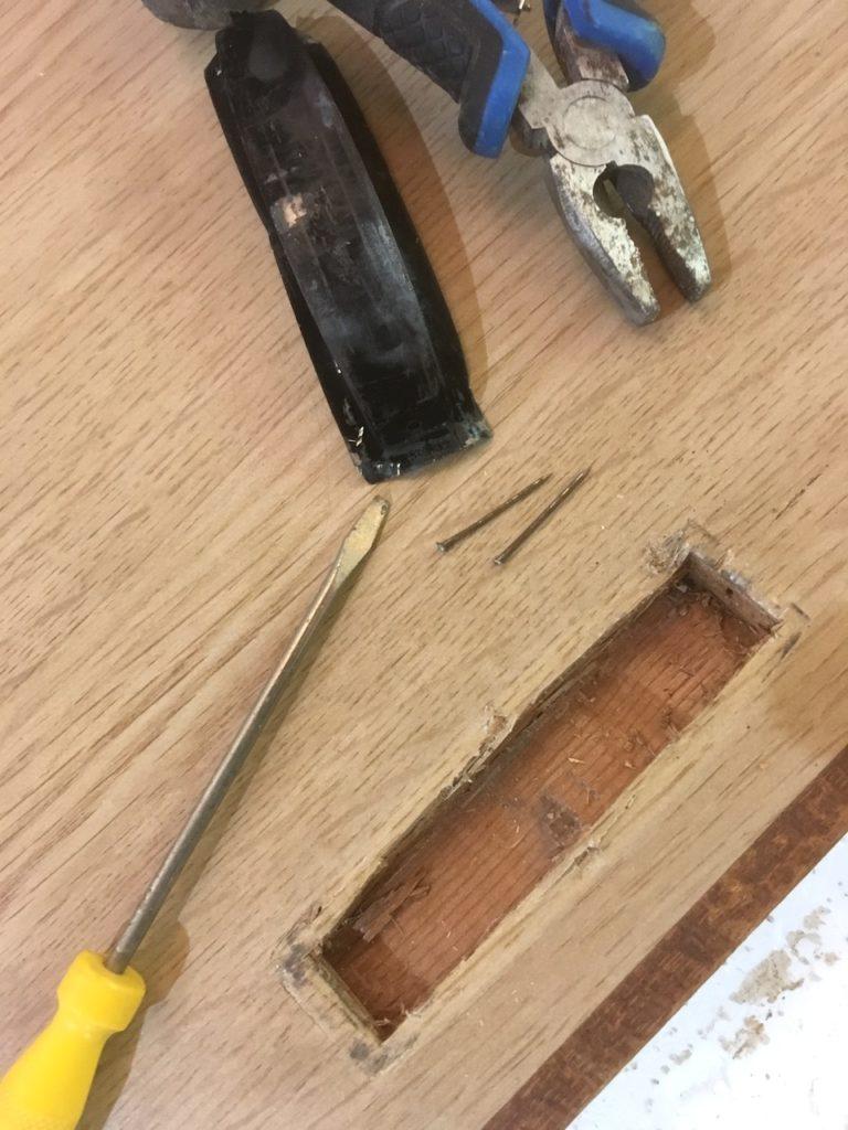 引手を固定していた釘は、ドライバーと金槌で外した後にペンチで引き抜きます。