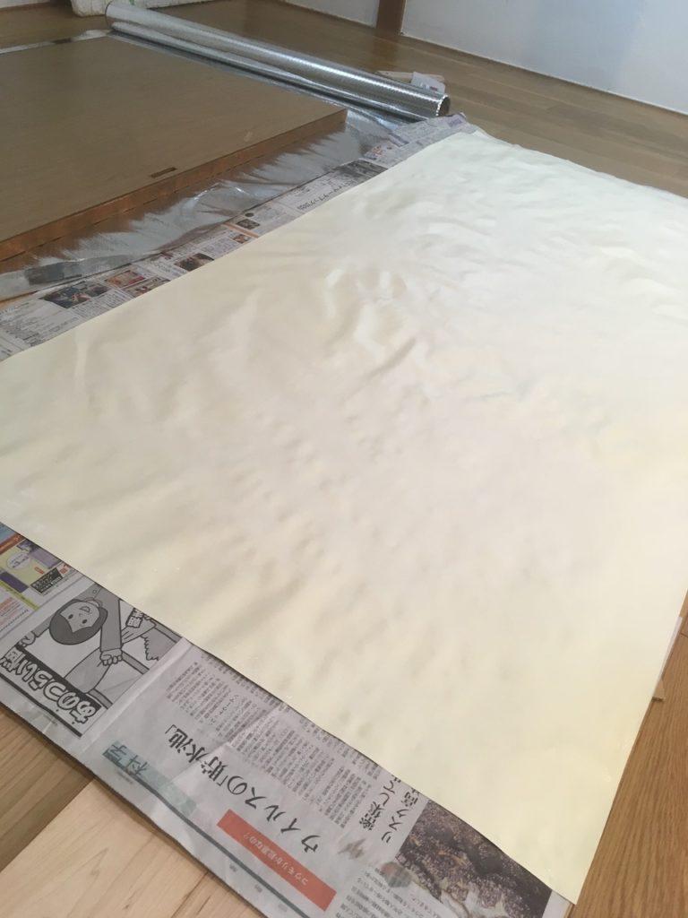 水貼り用の襖紙にスポンジで水を塗ります。数分おいたら、襖に貼り付けます。