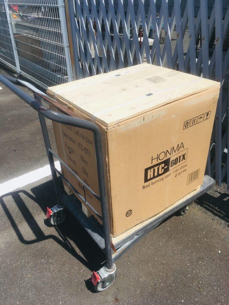 ホームセンターでホンマ製作所の薪ストーブを購入しました。これから搬入してDIYで取りつけます。