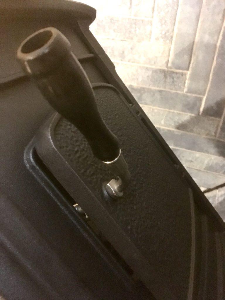 薪ストーブの扉のハンドルにグリップを付けました。