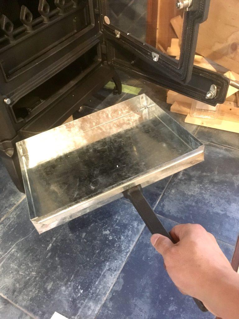ホンマの鋳鉄製薪ストーブの灰はこうして取り出すことが可能です。