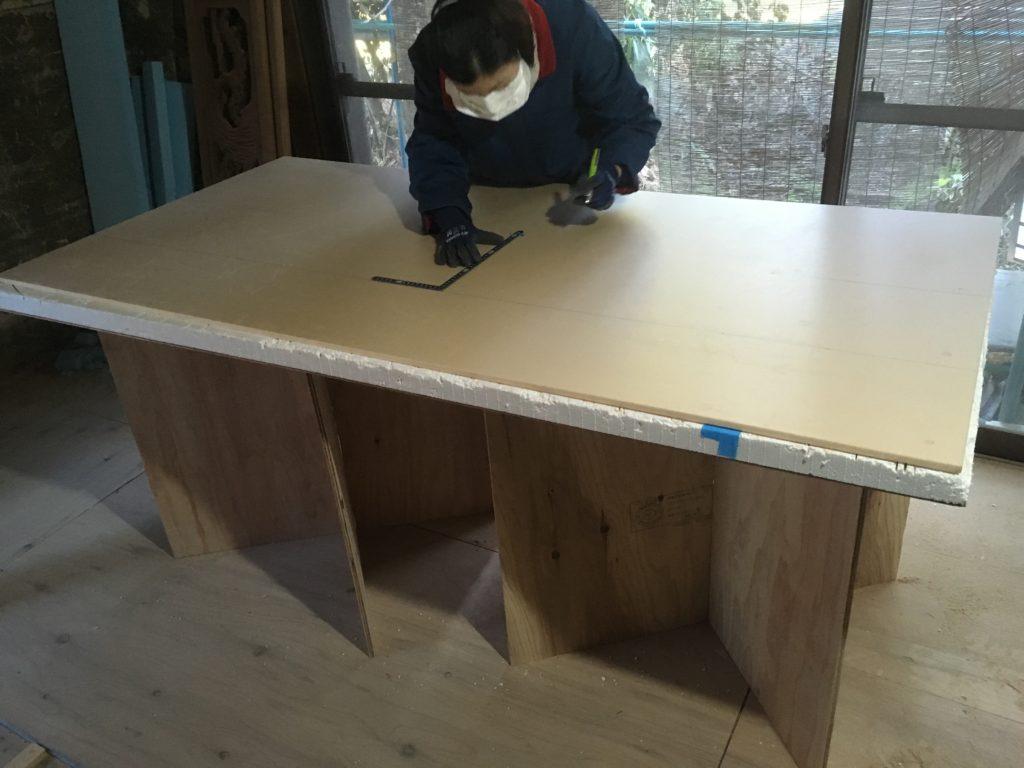 自作した作業台はサブロク板を切る時に大活躍します。これなら腰痛防止にもなるかも!