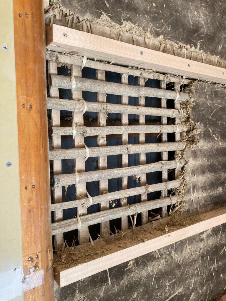 古民家の土壁に薪ストーブ煙突用の穴を開けます。まずは下地処理から!