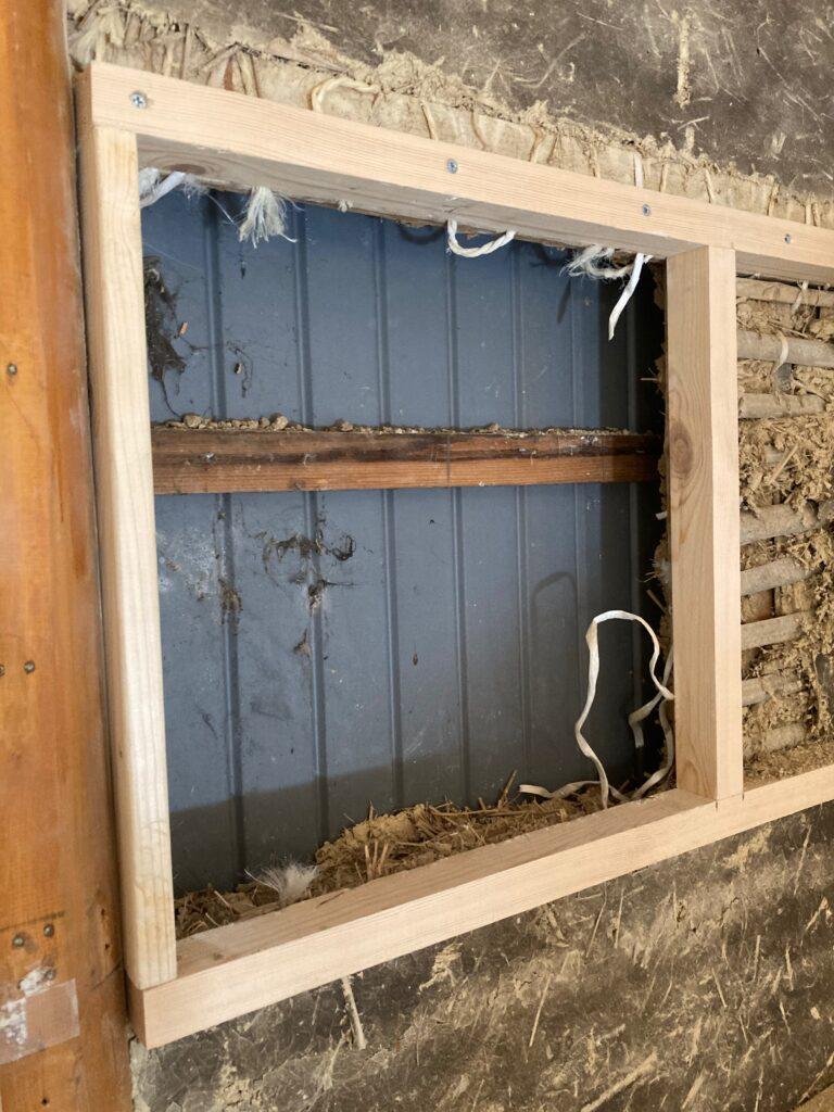 土壁に薪ストーブ煙突用の木枠を取り付けていきます。